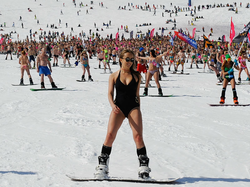 Russians-Set-New-Record-For-Most-Downhill-Bikini-Skiers